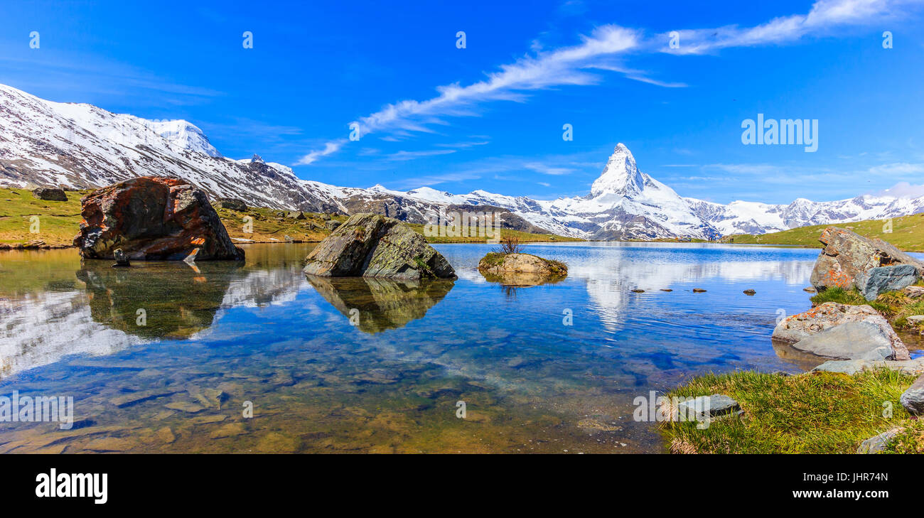 Beautiful panoramic summer view of the Stellisee lake with reflection of the iconic Matterhorn (Monte Cervino, Mont Stock Photo