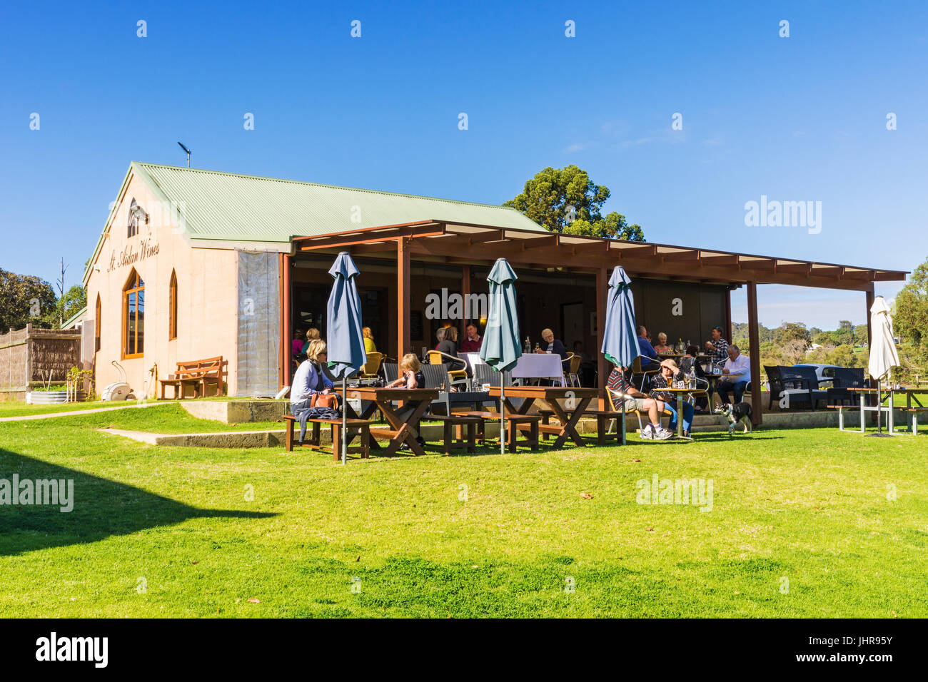 People eating lunch outside the St Aidan Wines boutique winery and cafe in the Ferguson Valley, Dardanup, Western - Stock Image