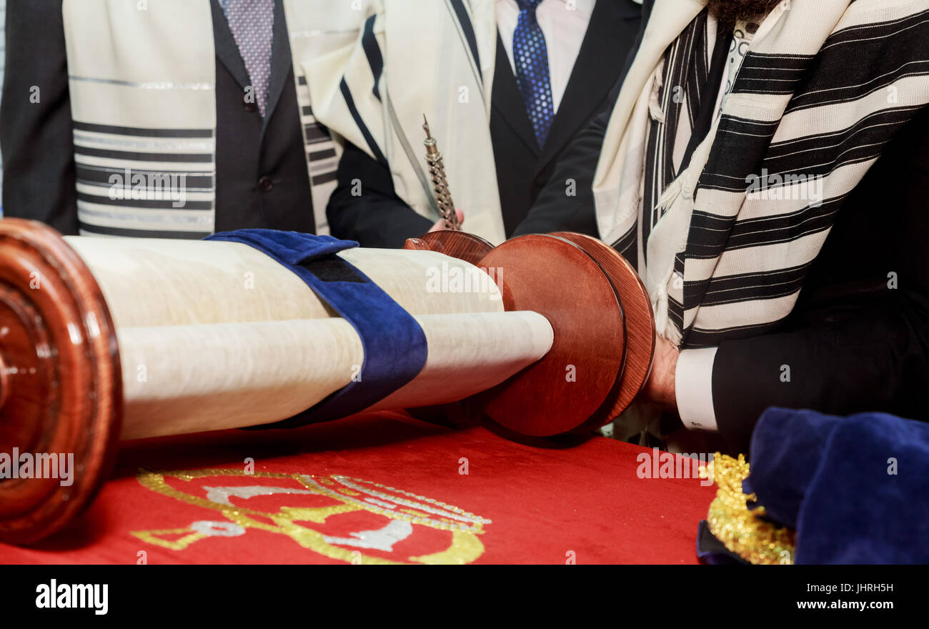 Jewish man dressed in ritual clothing - Stock Image