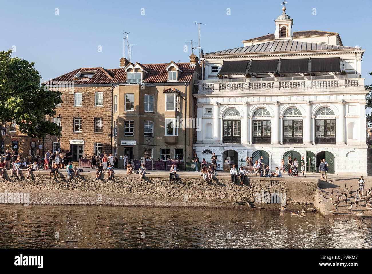 A hot summer evening on the riverfront in Richmond Upon thames. People are walkling, sitting and eating. The Slug - Stock Image