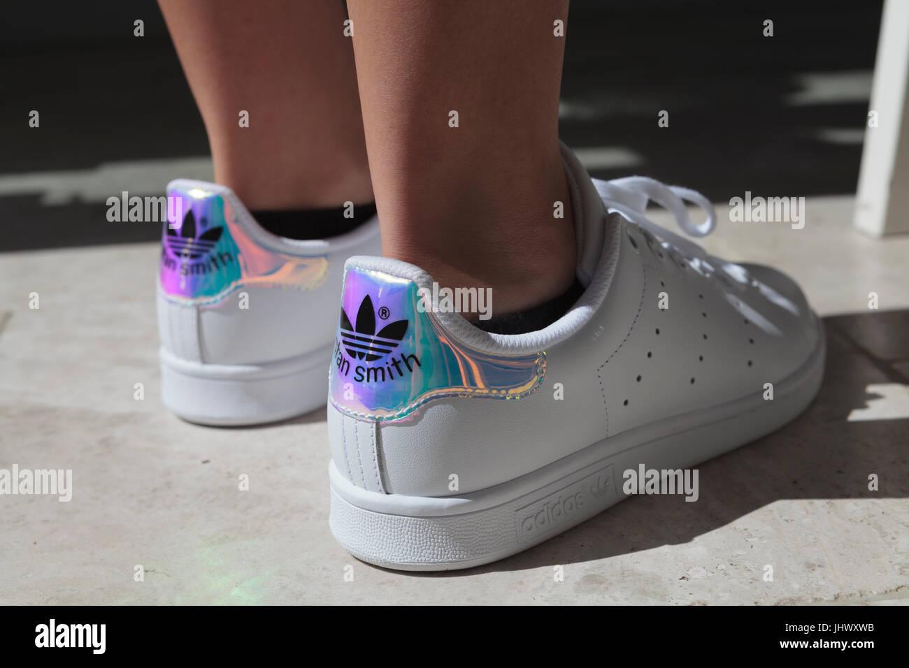 Traer Albardilla Ensangrentado  Stan Smith Adidas Trainers on Feet on Ground Stock Photo - Alamy