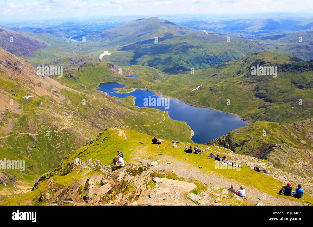 Walkers picnicking Lyyn Llydaw landscape, Mount Snowdon, Gwynedd, Snowdonia, north Wales, UK - Stock Image