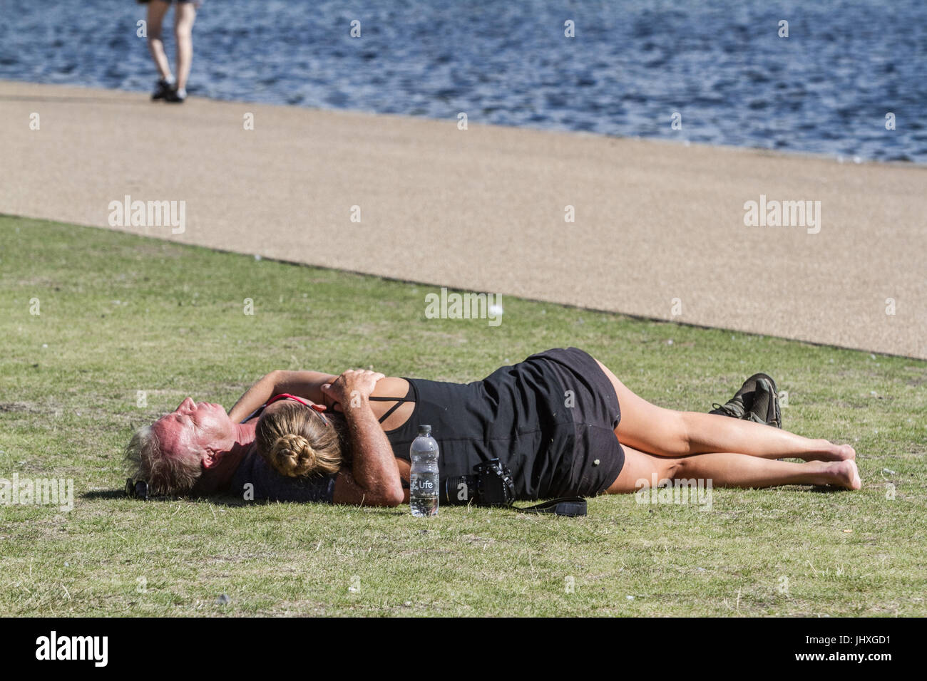 London, UK. 17th July, 2017. People enjoy the morning sunshine and hot weather in Kensington Gardens as temperatures - Stock Image