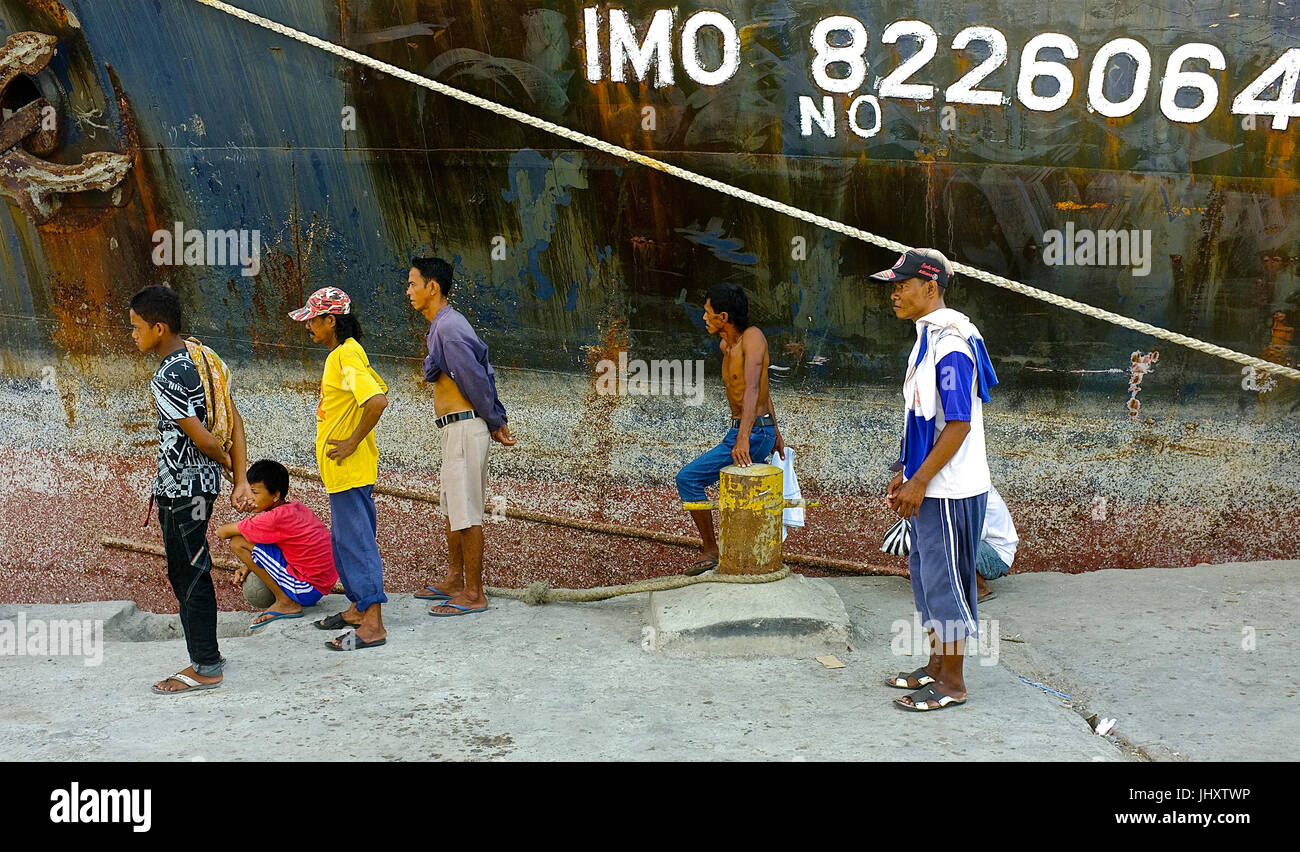 Dock workers at Makassar Port, Makassar, South Sulawesi, Indonesia - Stock Image