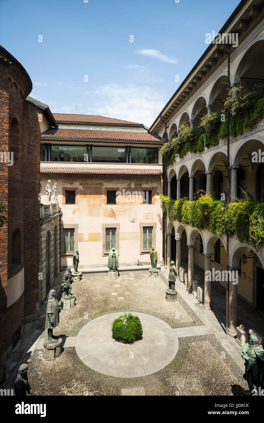 Milan. Italy. Inner courtyard of the Palazzo dell'Ambrosiana, home to the Pinacoteca Ambrosiana and Biblioteca - Stock Image