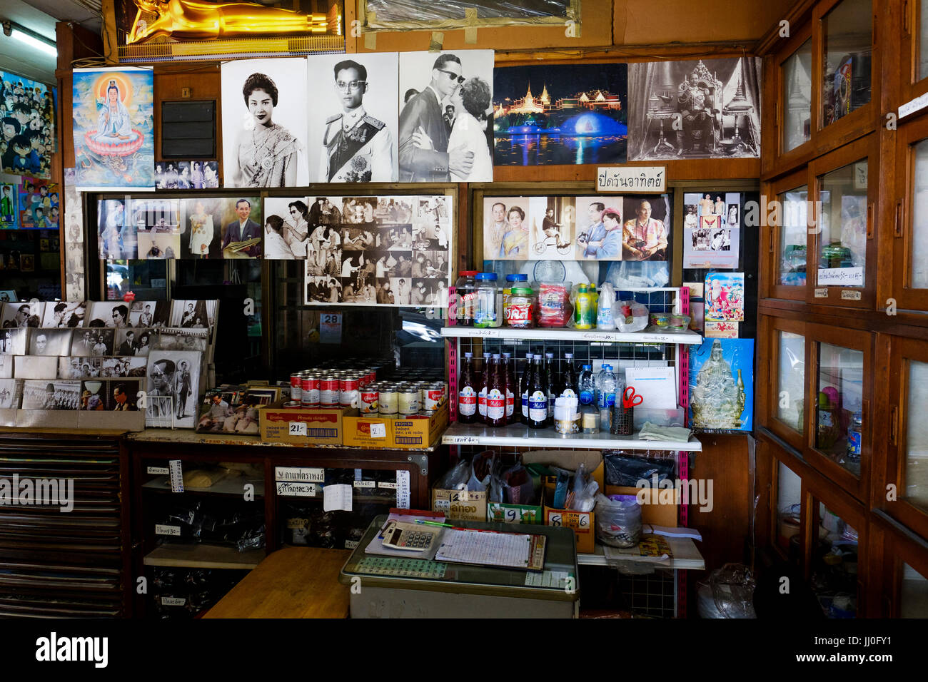 A small convenience store selling some food products along with imagery of the Thai Royal Family, Phra Nakhon District, - Stock Image