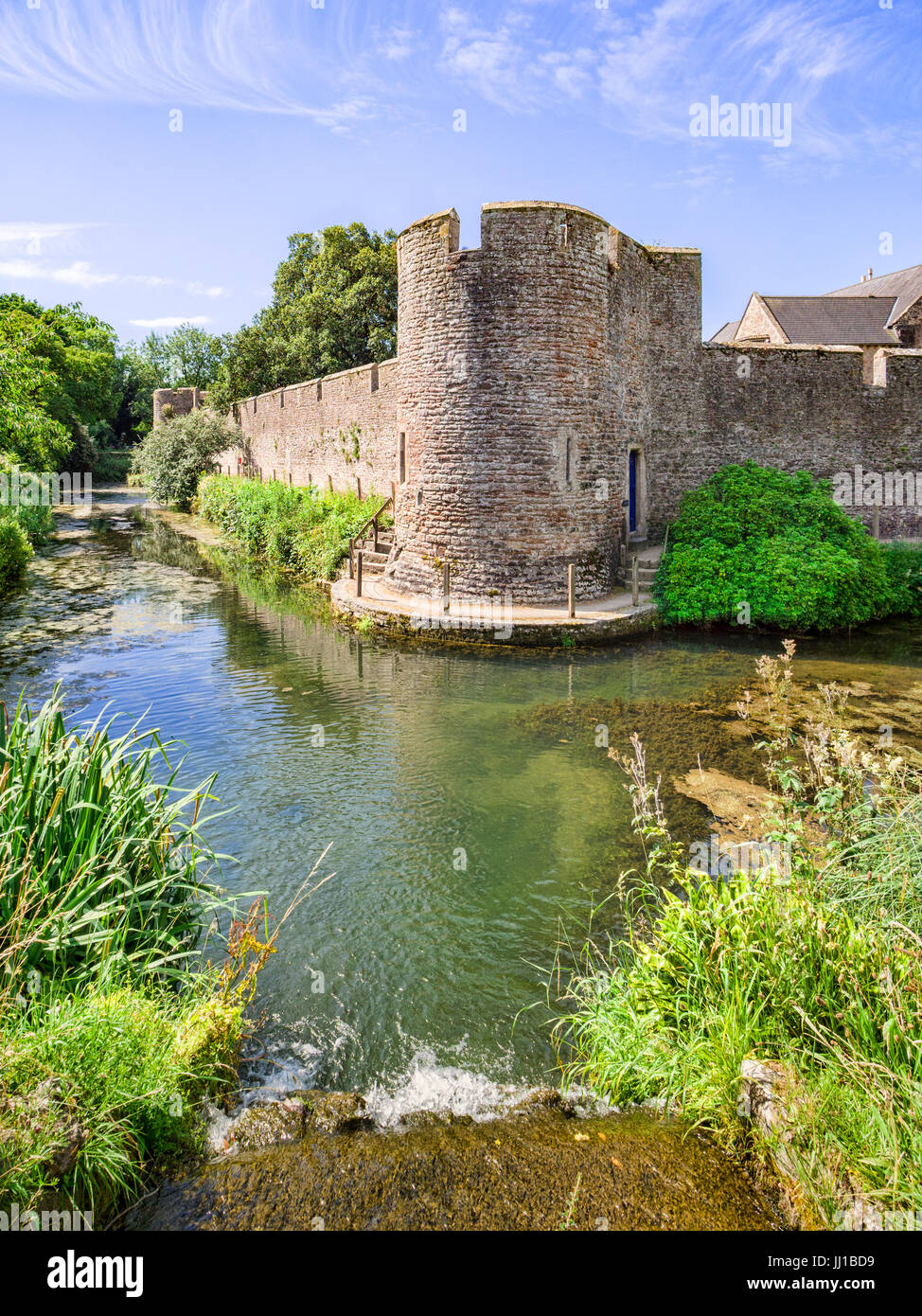 The moat and curtain wall surrounding the medieval Bishop's Palace at Wells, Somerset, England, UK. - Stock Image