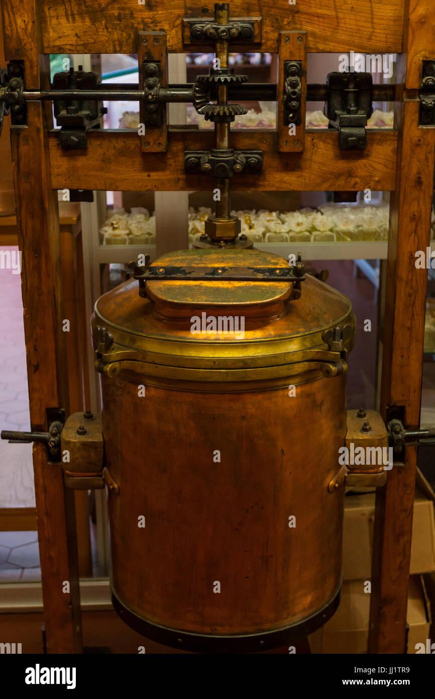 Perfume distillation tank lid locking mechanism - Stock Image