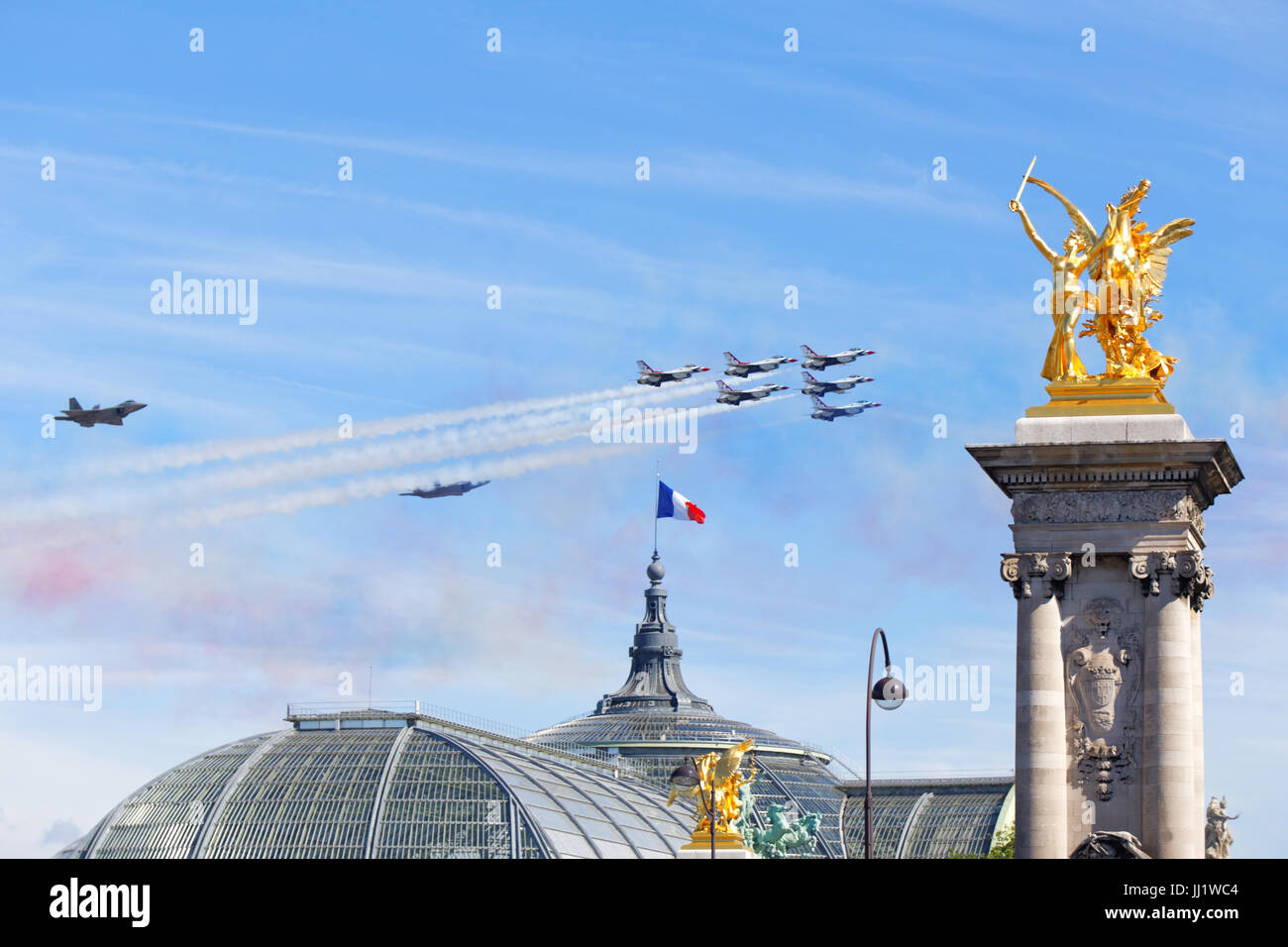 US Air Force Thunderbirds and F22 Lightnings flying over Paris for the 14th of July 2017 celebration - Stock Image