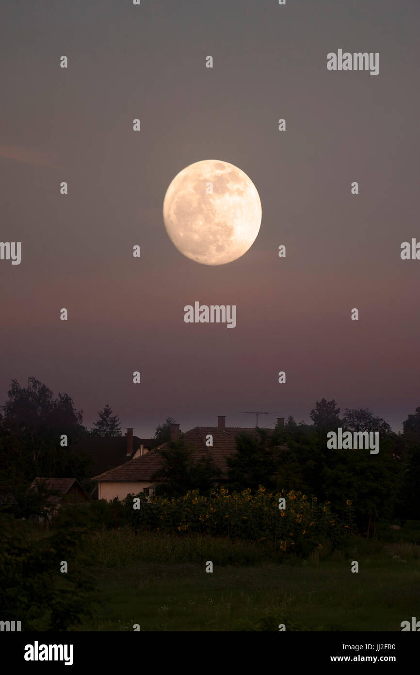Full moon over spooky house - Stock Image