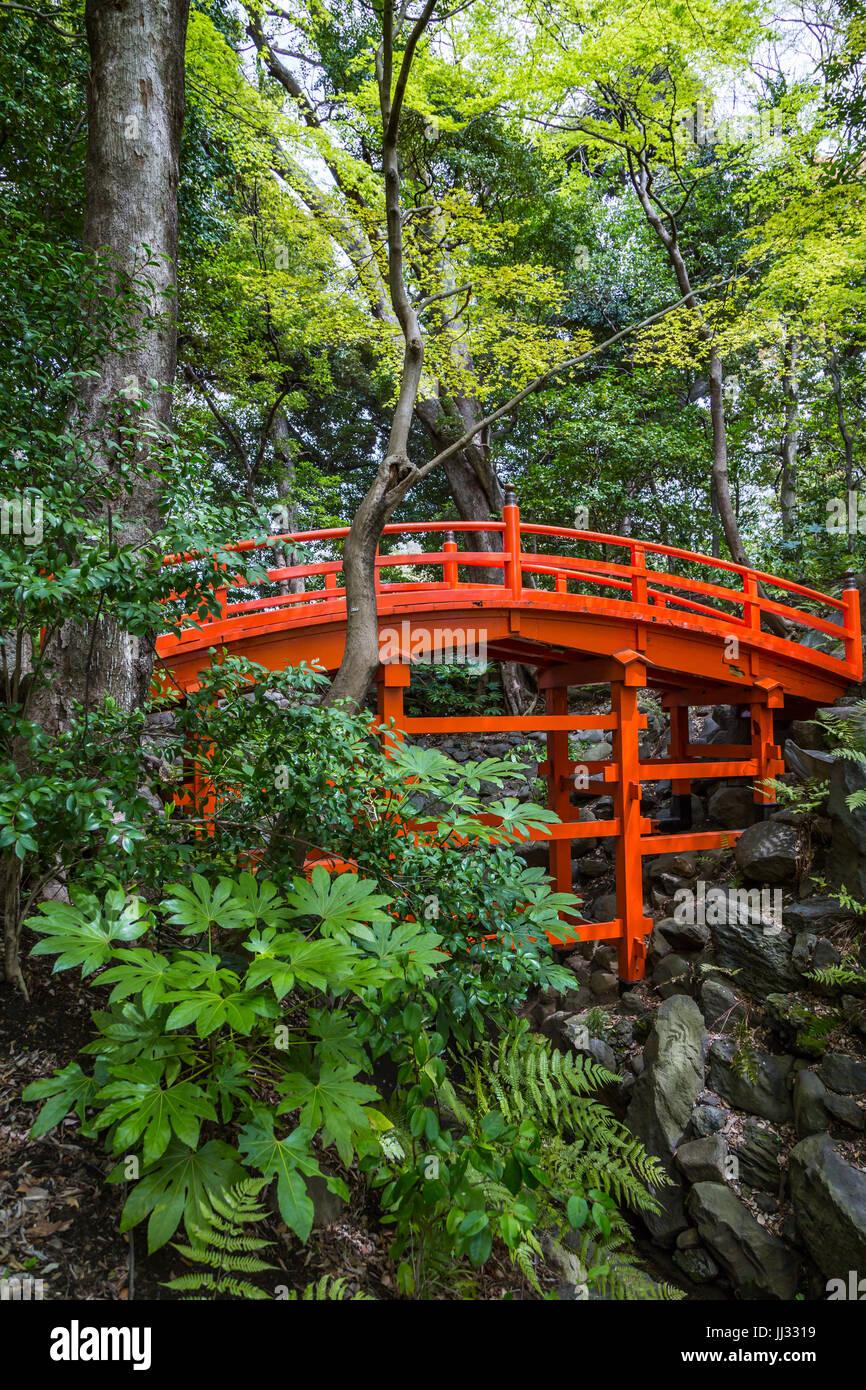 A red bridge at the Koishikawa Kōrakuen Gardens in Bunkyo, Tokyo, Japan. - Stock Image