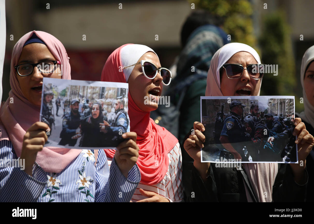 (170718) -- NABLUS, July 18, 2017 (Xinhua) -- Palestinian women hold pictures of Israeli soldiers attacking women - Stock Image