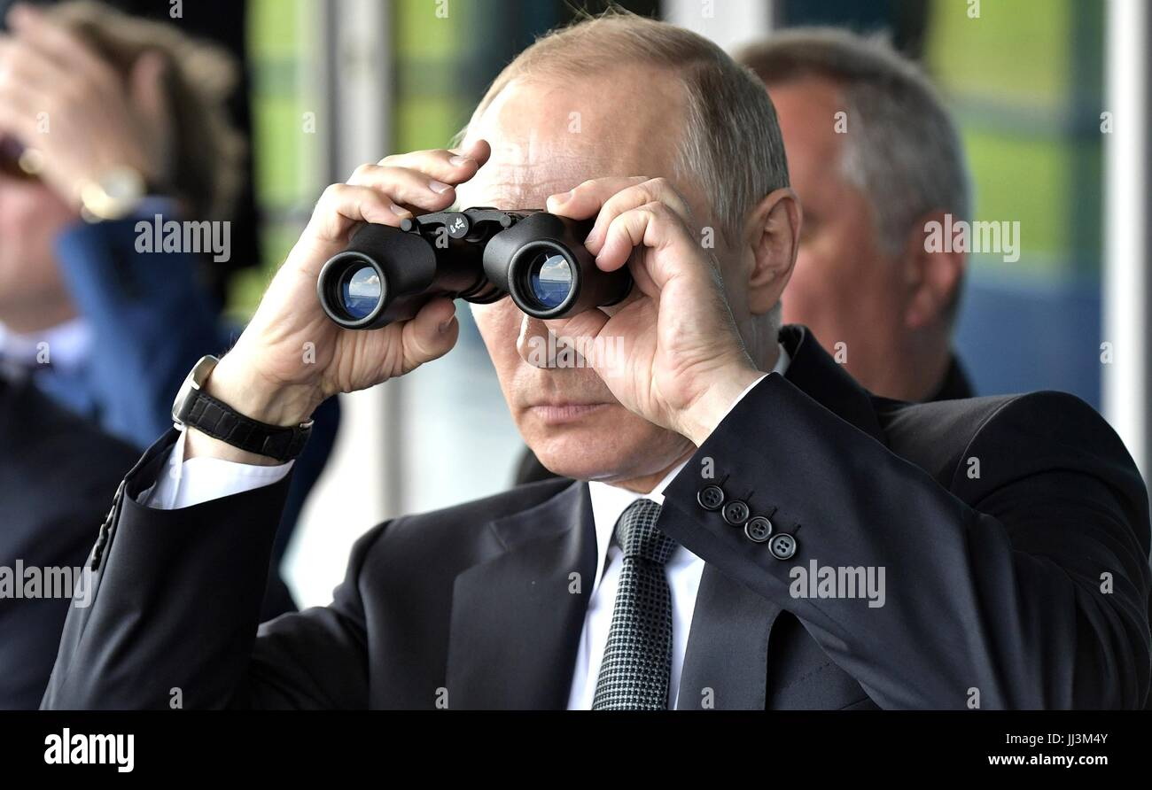 Zhukovsky, Russia. 18th July, 2017. Russian President Vladimir Putin uses binoculars to watch an aircraft aerobatic - Stock Image