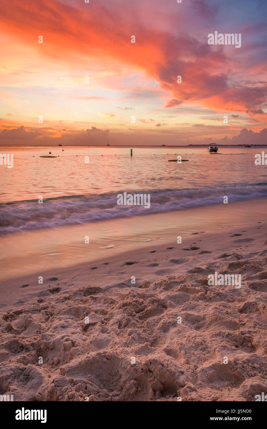 Red sunset on Seven Mile Beach in Grand Cayman. - Stock Image