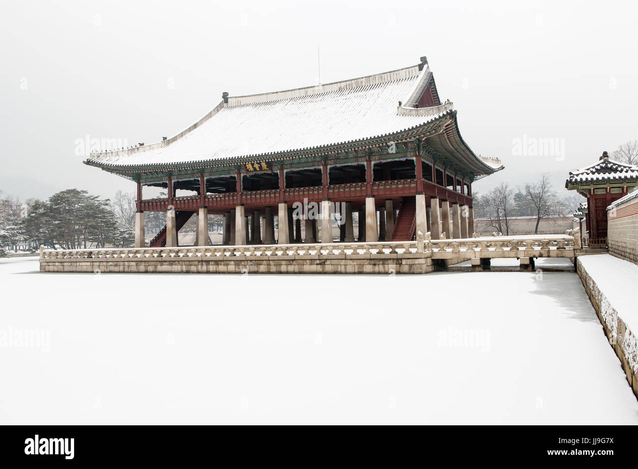must see beautiful gyeongbok palace in soul, south korea - in winter - Stock Image