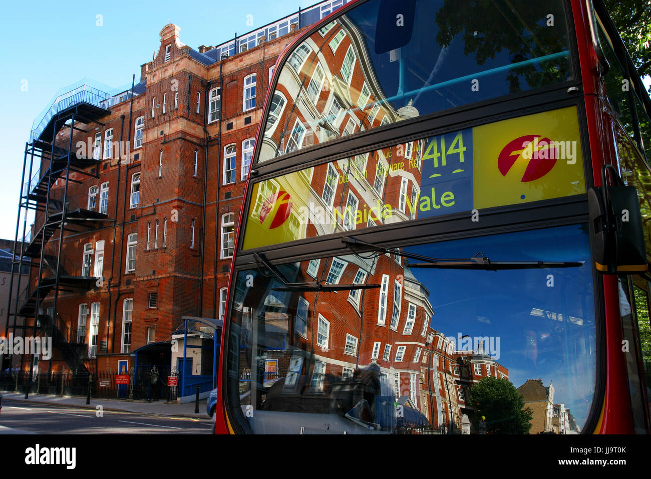 View of rear of double-decker bus and townhouse, Kings Road, Chelsea, London, England, UK - Stock Image