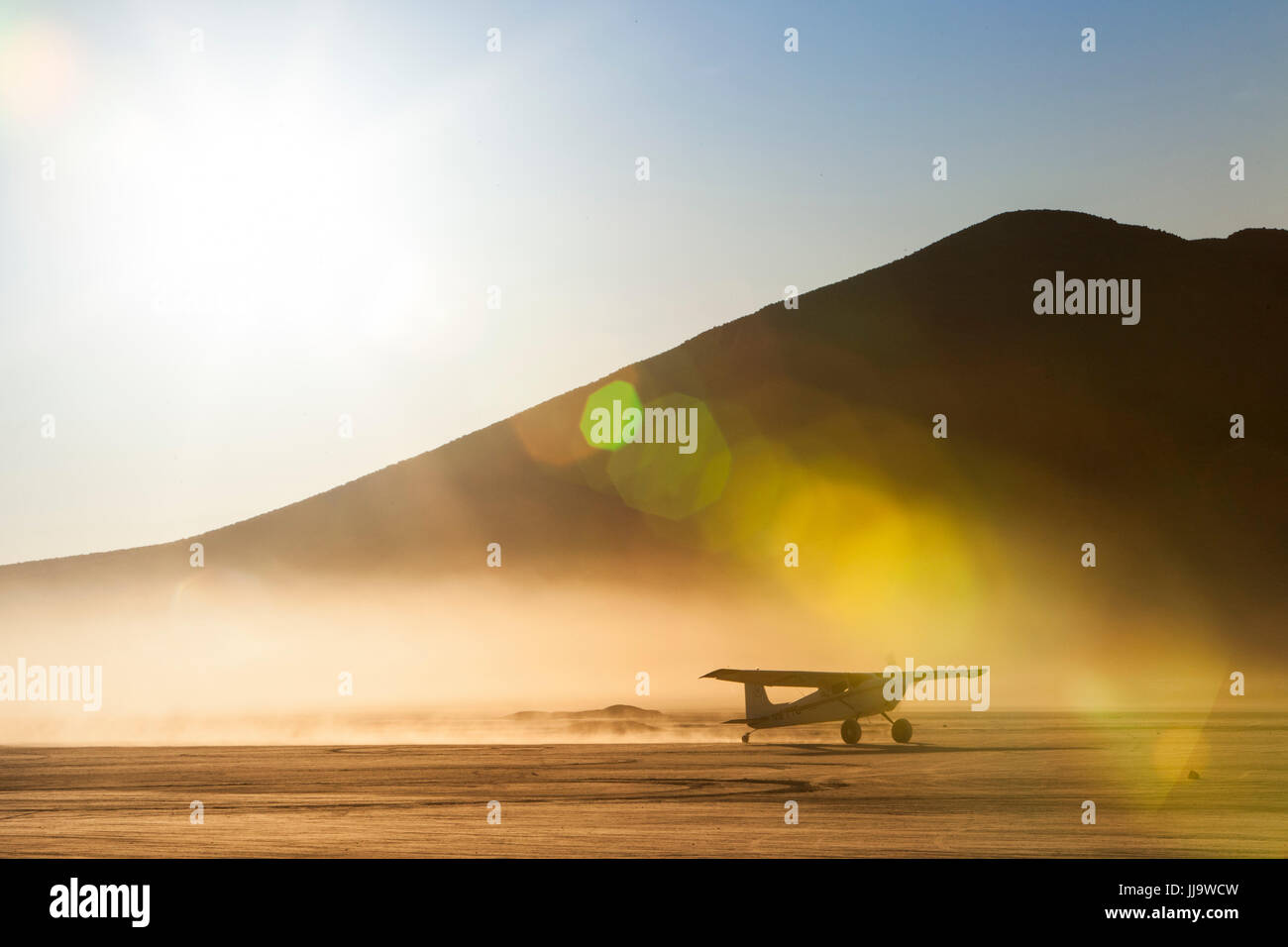 Backcountry airplane taxiing on a dry lakebed, Nevada - Stock Image