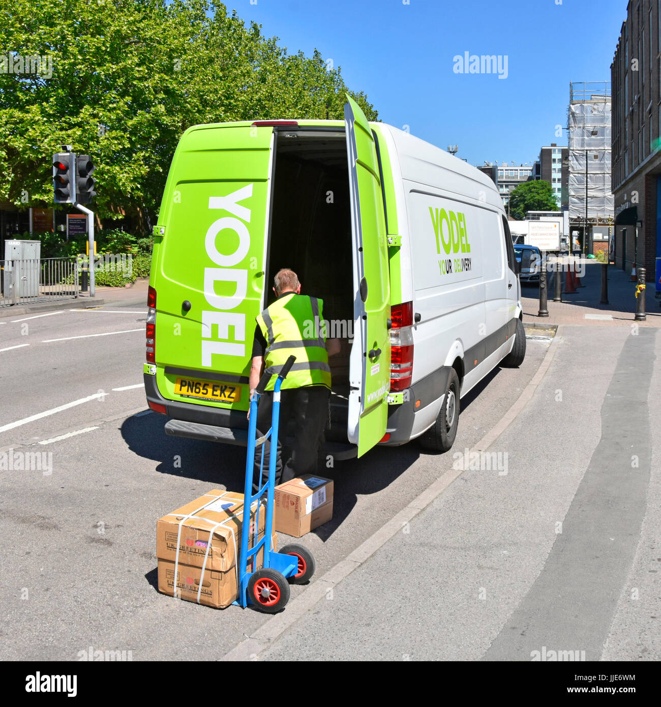 Parcel Delivery Man High Resolution Stock Photography And Images Alamy