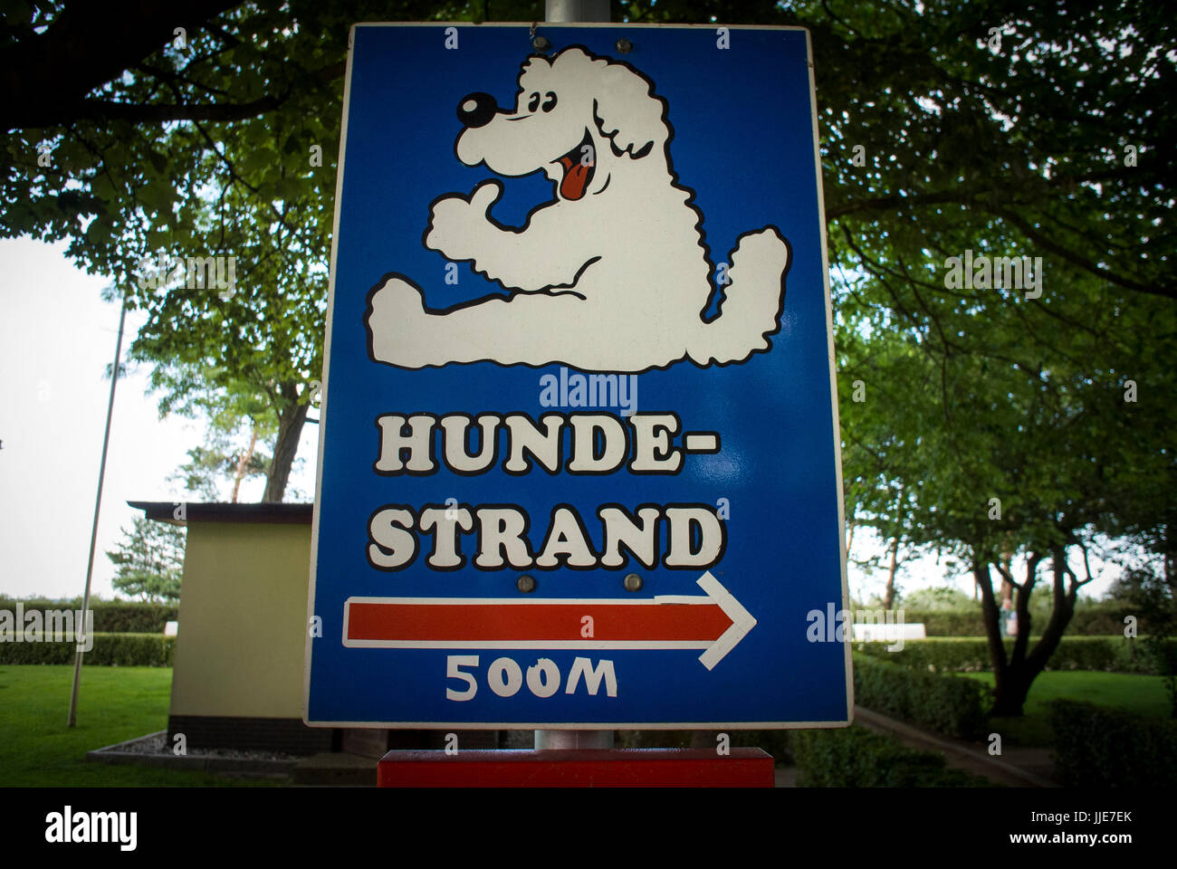 Directions to the dog friendly beach on the promenade of the Seaside town of Zinnowitz in Germany. - Stock Image