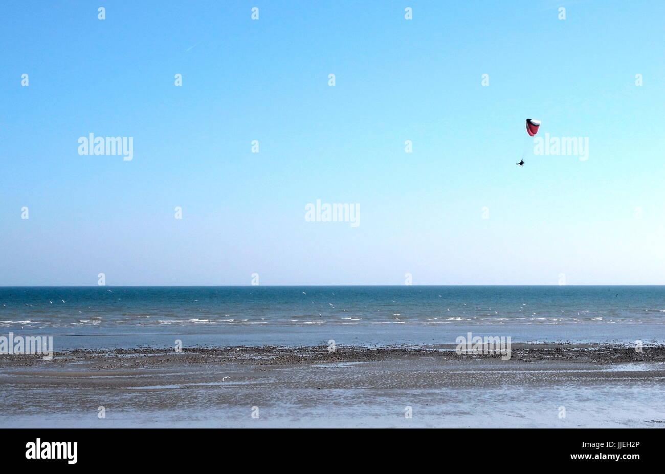 AJAXNETPHOTO. WORTHING, ENGLAND. - SEA VIEW - A POWERED PARAGLIDER FLIES OVER THE TIDELINE.  PHOTO:JONATHAN EASTLAND/AJAX - Stock Image