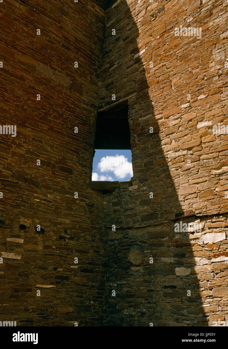 Detail of a corner window in the SE roomblock of Pueblo Bonito multi-storey Anasazi great house, Chaco Canyon, New - Stock Image