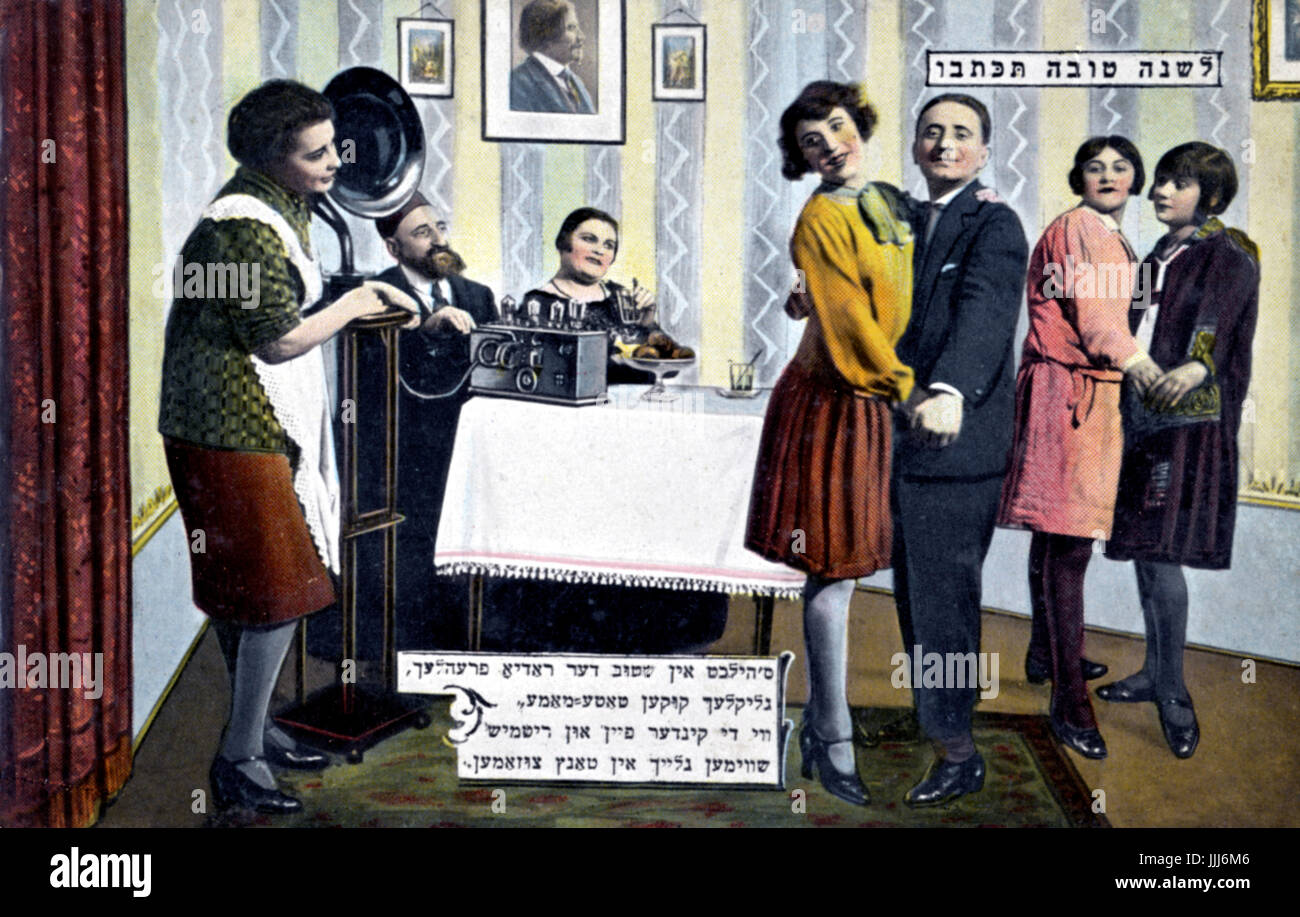 Young Jewish couples (man and a woman, 2 girls) dancing at home to an old fashioned radio with a soundhorn.  1920s. - Stock Image