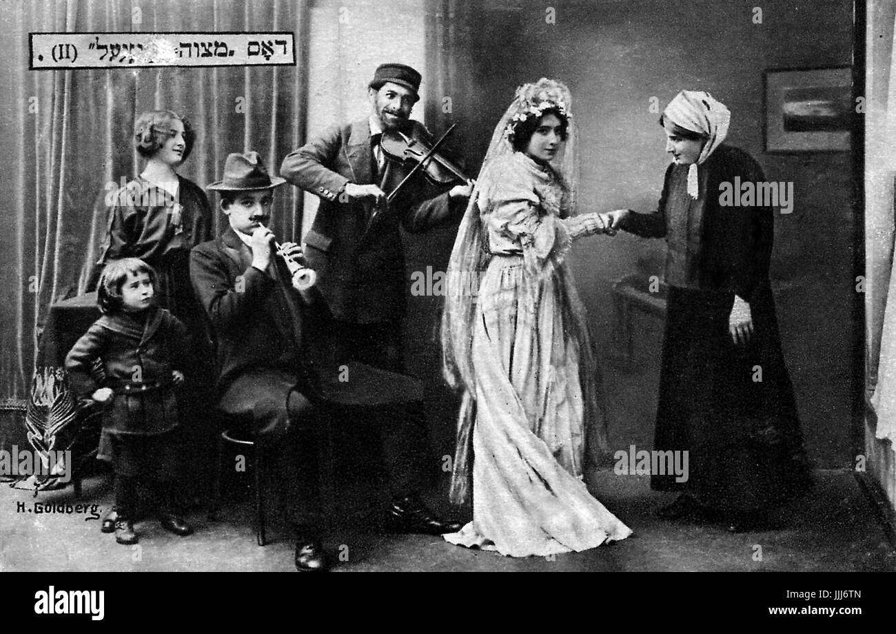 The Mitsva / mitzva Dance. Posed wedding scene with bride and bride's mother and two  klezmer players (fiddle - Stock Image