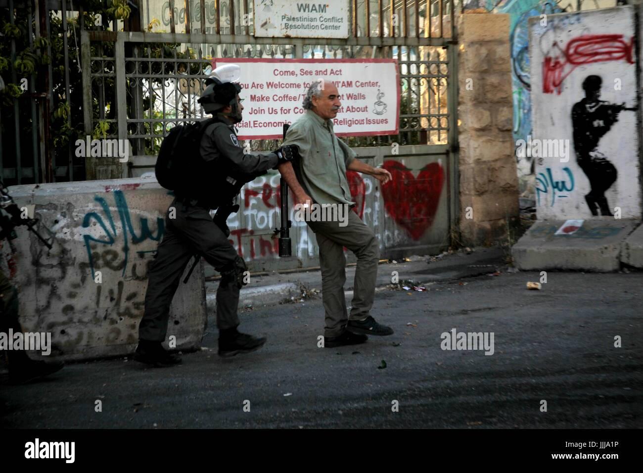 Bethlehem, West Bank city of Bethlehem. 19th July, 2017. An Israeli border policeman detains a Palestinian protester Stock Photo