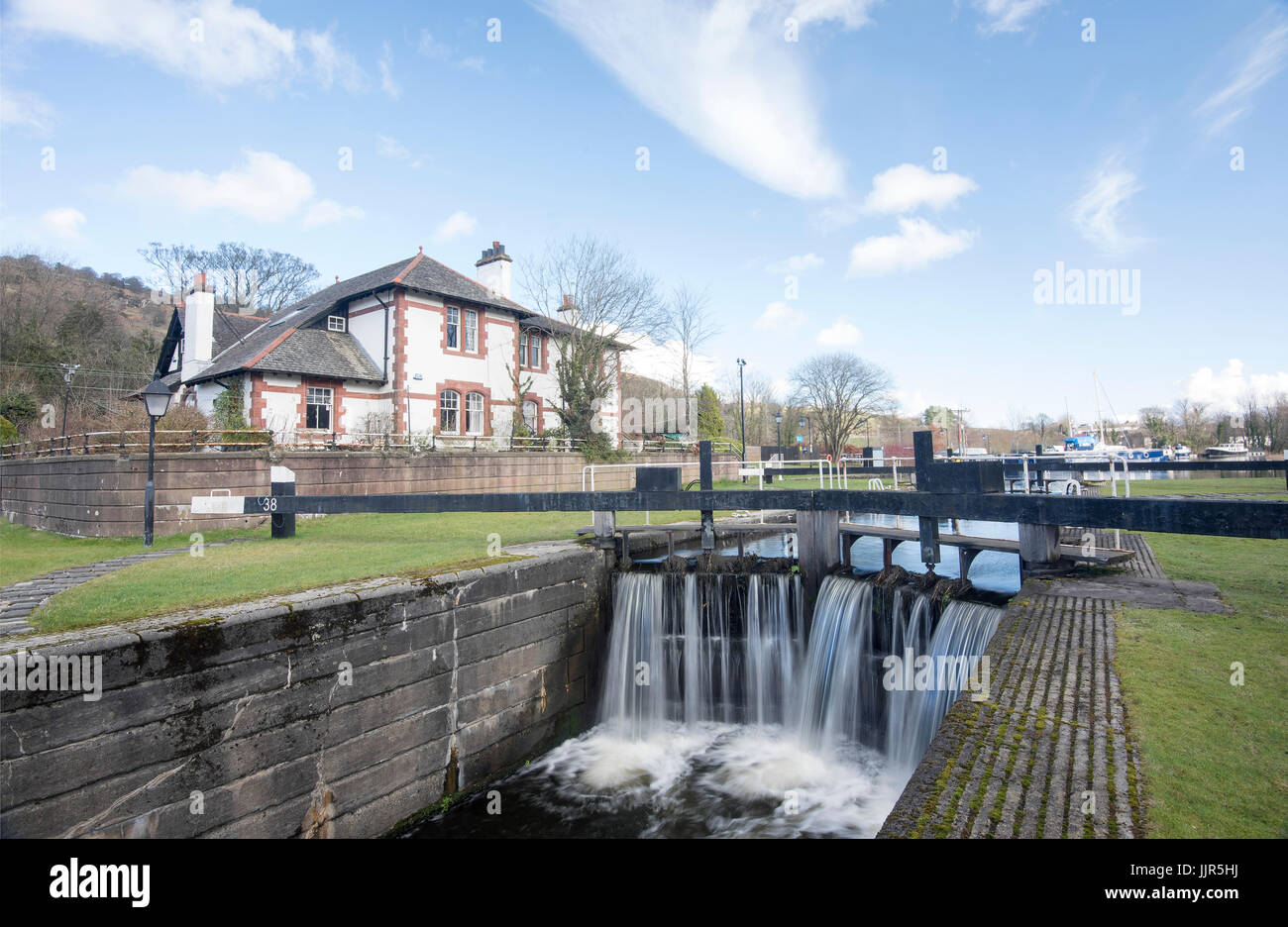 The lock and house at Bowling Harbour/Basin in West Dunbartonshire, Scotland. - Stock Image