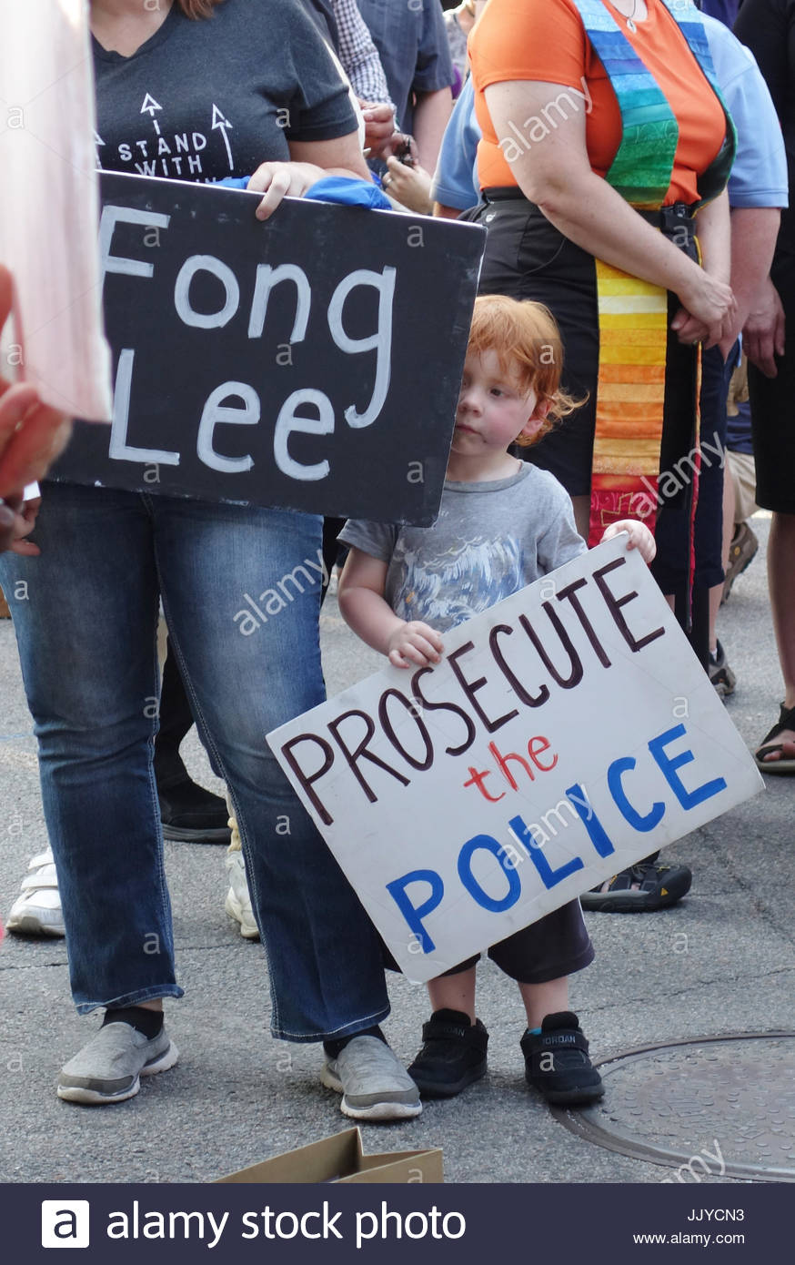 Minnesota, Minnesota, USA. 20th July, 2017. A child holds a sign reading 'prosecute the police' at a rally - Stock Image