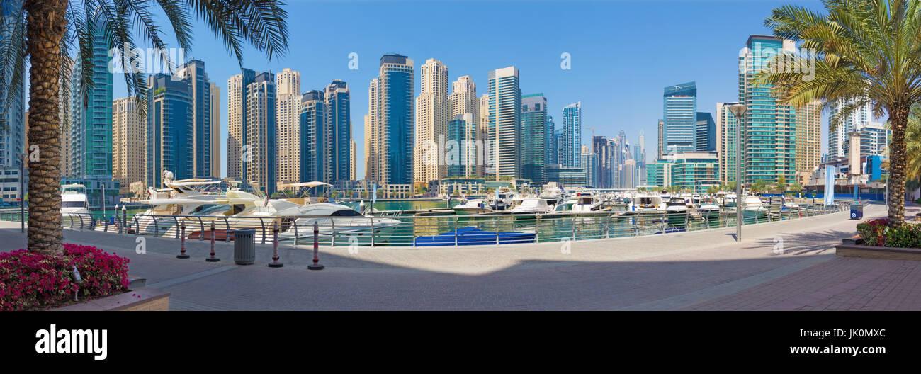 Dubai - The promenade of Marina with the yachts - Stock Image