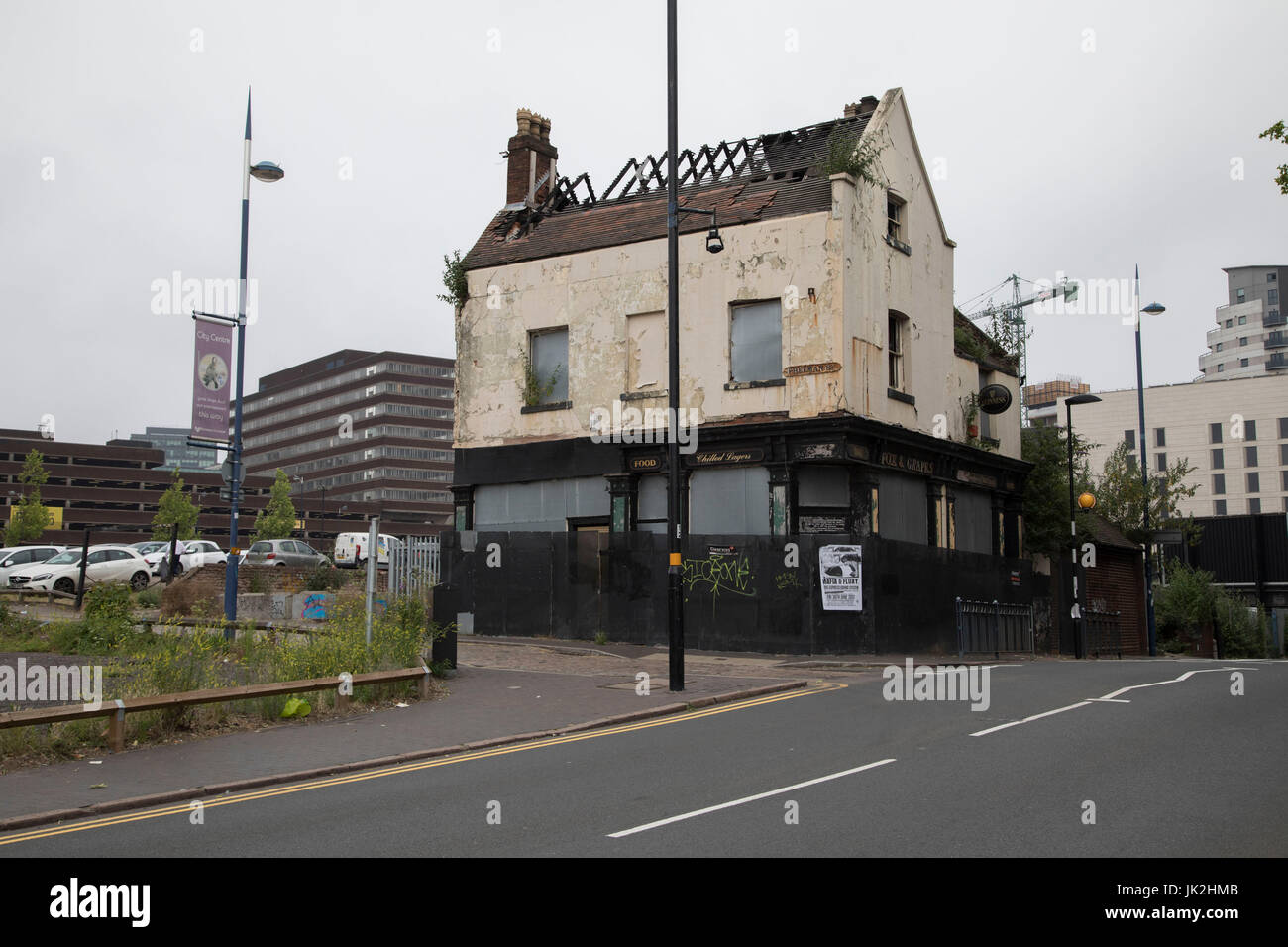 Closed down and derelict Fox and Grapes public house near to the Bullring in Birmingham, United Kingdom. The Fox - Stock Image