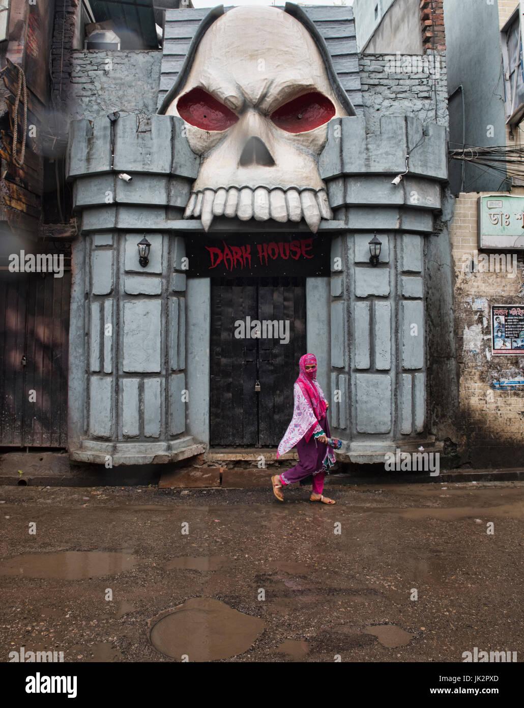 Woman and ghoul, Dhaka, Bangladesh - Stock Image
