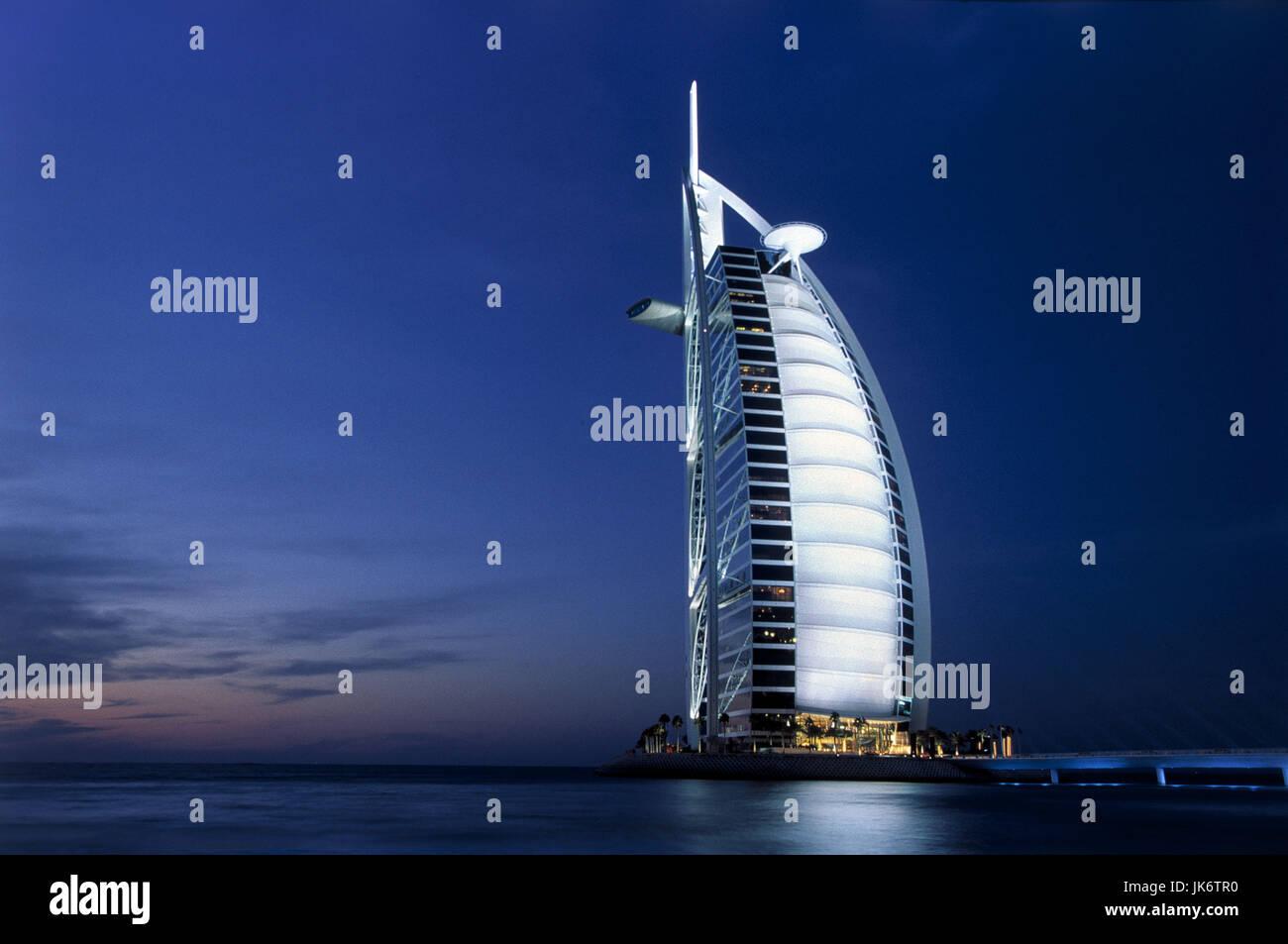 Vereinigte Arabische Emirate, Dubai, Meer, Hotel, Burj Al Arab,  Beleuchtung, Dämmerung VAE, UAE, Luxushotel, - Stock Image