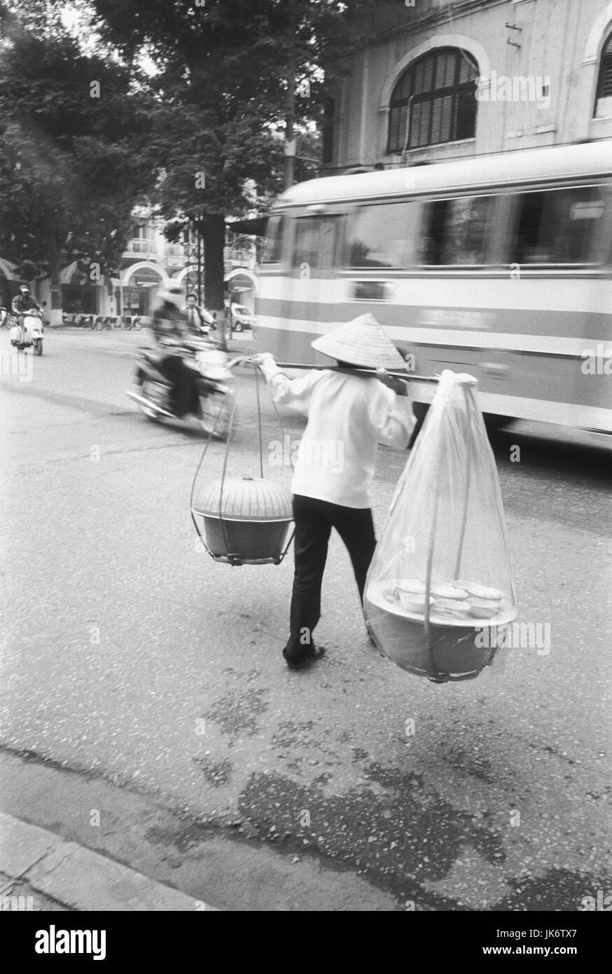 Vietnam, Hanoi, Straße, Frau, Last,  Körbe, Lebensmittel, Rückenansicht,  s/w, no model release außen, - Stock Image