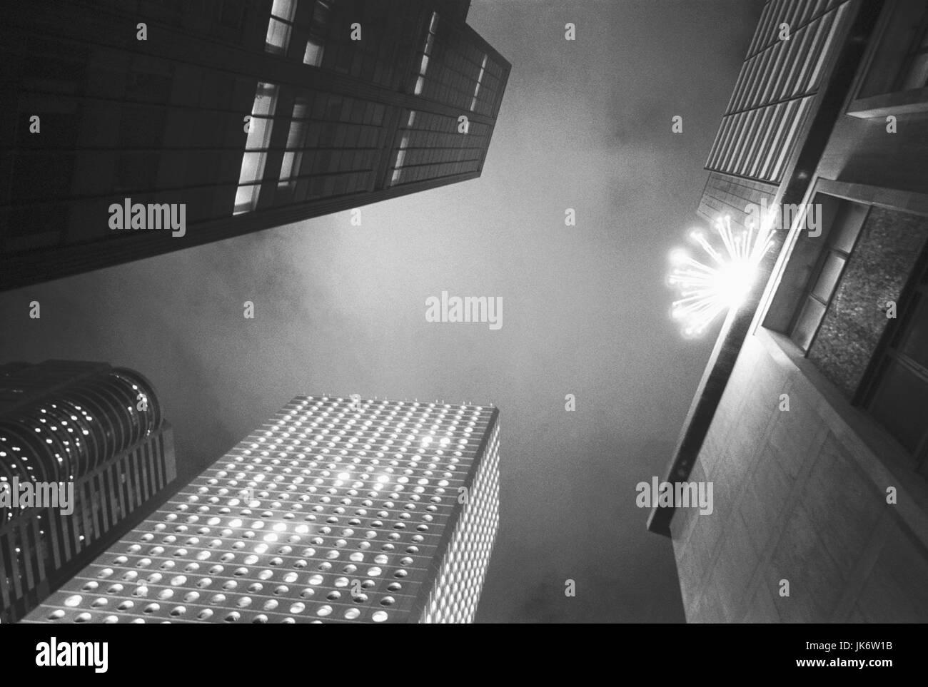 China, Hongkong, Stadtzentrum,  Hochhäuser, Weihnachtsdekoration,  von unten, s/w außen, Asien, Ost-Asien, - Stock Image