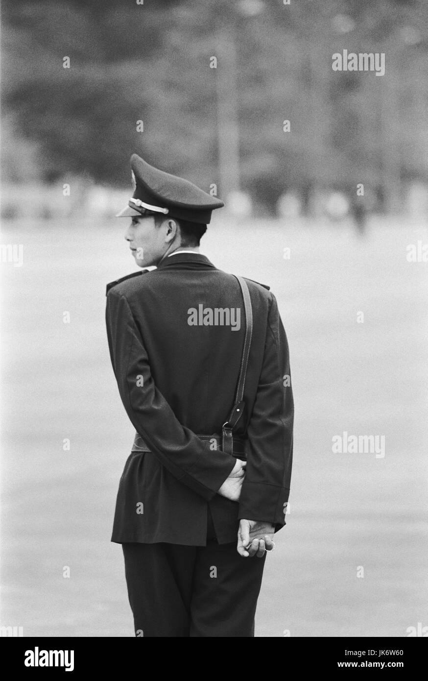 Vietnam, Hanoi, Ho Chi Minh Mausoleum,  Polizist, Rückenansicht, s/w no model release außen, Südostasien, - Stock Image