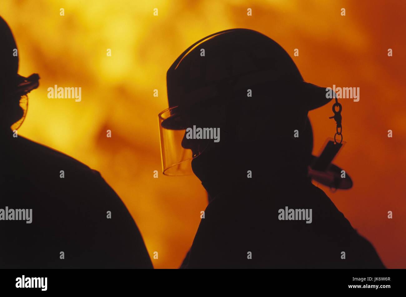 Brandbekämpfung, Silhouette,  Feuerwehrmänner, Detail  Brand, brennen, Feuer, Flammen, Zerstörung, - Stock Image