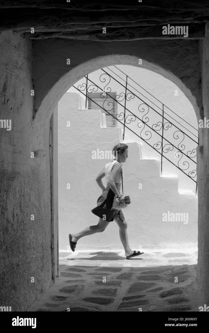 Griechenland, Kykladen, Insel Paros,  Gasse, Rundbogen, Mann, laufen, seitlich, s/w Kykladeninsel, Treppe, Stufen, - Stock Image