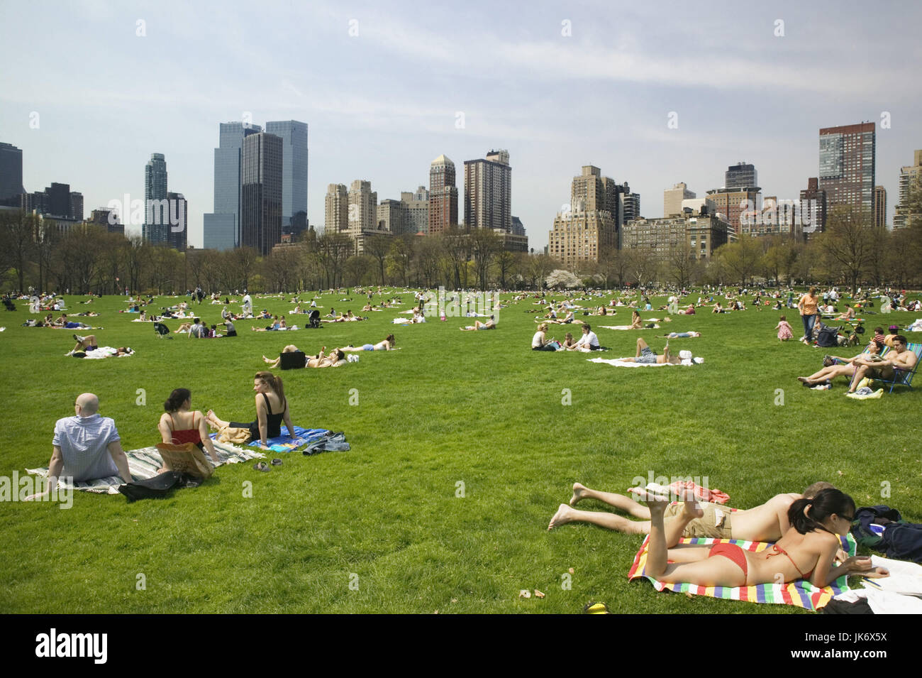 USA, New York City, Manhattan, Central  Park, Sheep Meadow, Besucher, Sonnen, Entspannung Amerika, Nordamerika, - Stock Image
