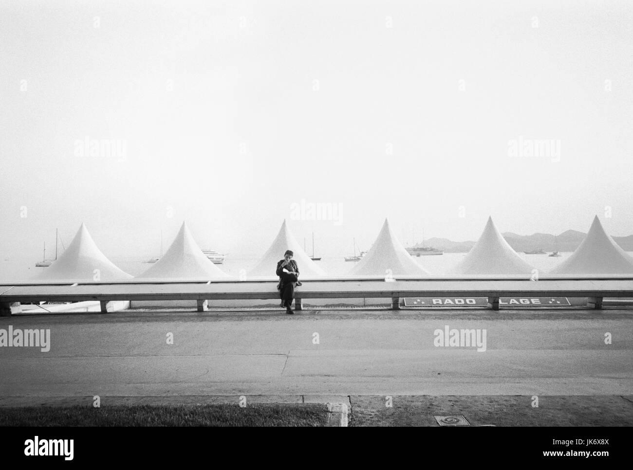 Frankreich, Französische Riviera, Cannes,  Strandzelte, Cannes Film Festival, Person,  s/w no model release - Stock Image
