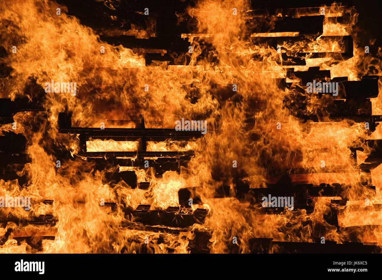 Feuer, Flammen   Mau_Set, Holzpaletten, Paletten, Holz, brennen, lodern, Freudenfeuer, Brand, Hitze, Zerstörung, - Stock Image