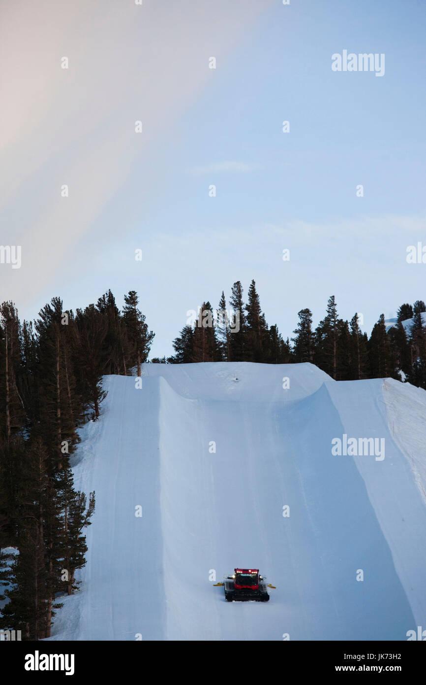 USA, California, Eastern Sierra Nevada Area, Mammoth Lakes, Mammoth Mountain, ski run with snow cat grooming tractor - Stock Image