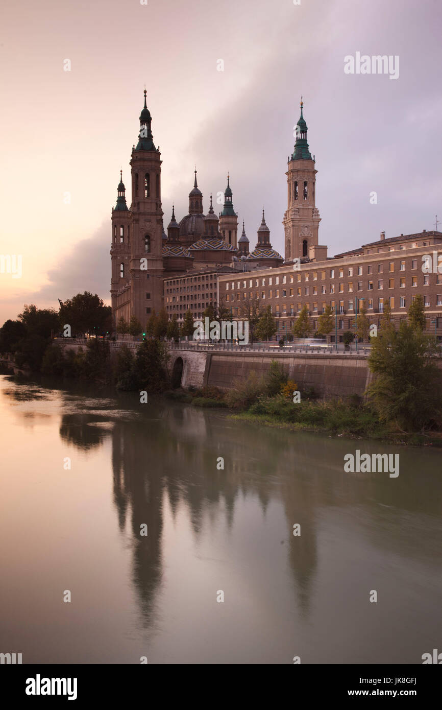 Spain, Aragon Region, Zaragoza Province, Zaragoza, Basilica de Nuestra Senora de Pilar on the Ebro River, sunrise - Stock Image