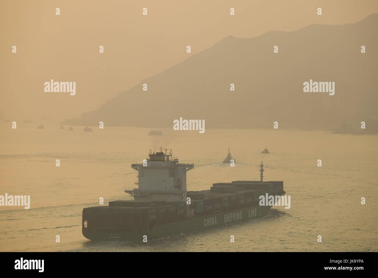 China, Hongkong, New Territories, Ma Wan Channel, Frachtschiff, Lantau Island, Abendstimmung, - Stock Image