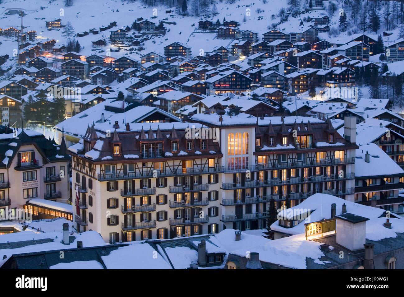 Schweiz, Kanton Wallis, Zermatt,  Stadtübersicht, Hotel Mont Cervin,  Winter, Abend, Valais, Mattertal, autofrei, - Stock Image