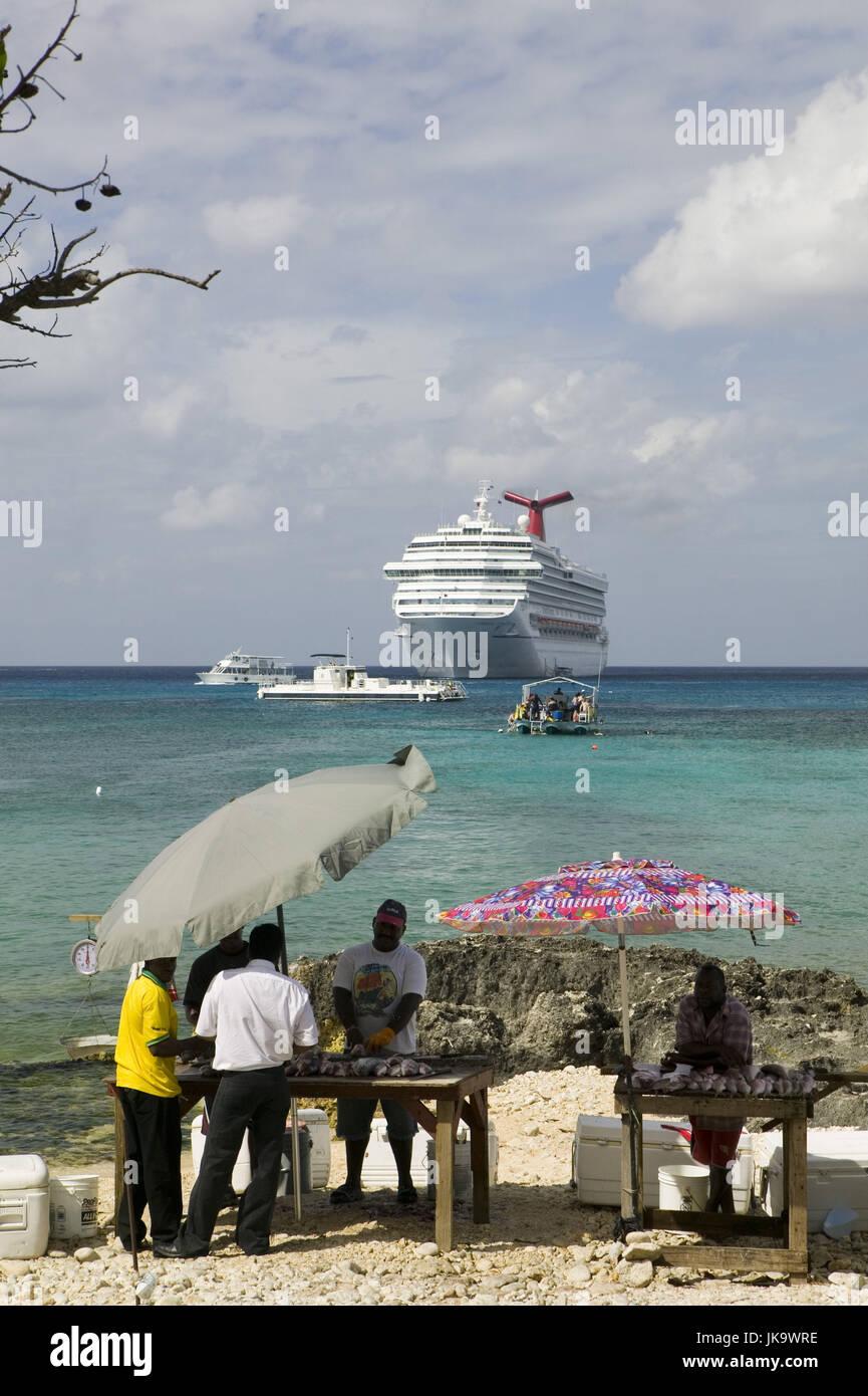 Cayman Islands, Grand Cayman,  Georgetown, Strand, Fischverkäufer,  Meer, Kreuzfahrtschiff,  ABC-Inseln, Kleine - Stock Image