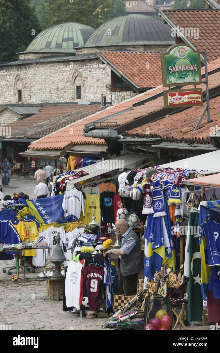 Bosnien-Herzegowina, Sarajevo, Altstadt, Bascarsija, Souvenirgeschäft, Verkäufer, Fußballtrikots, - Stock Image