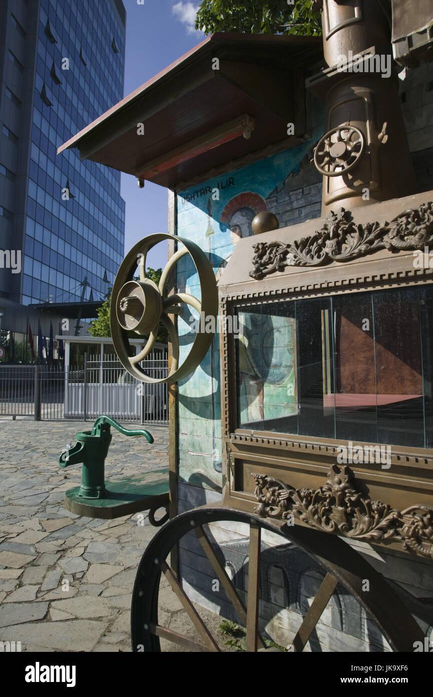 Kosovo, Prishtina, Zirkuswagen, nostalgisch, Hochhaus, modern, Detail, - Stock Image