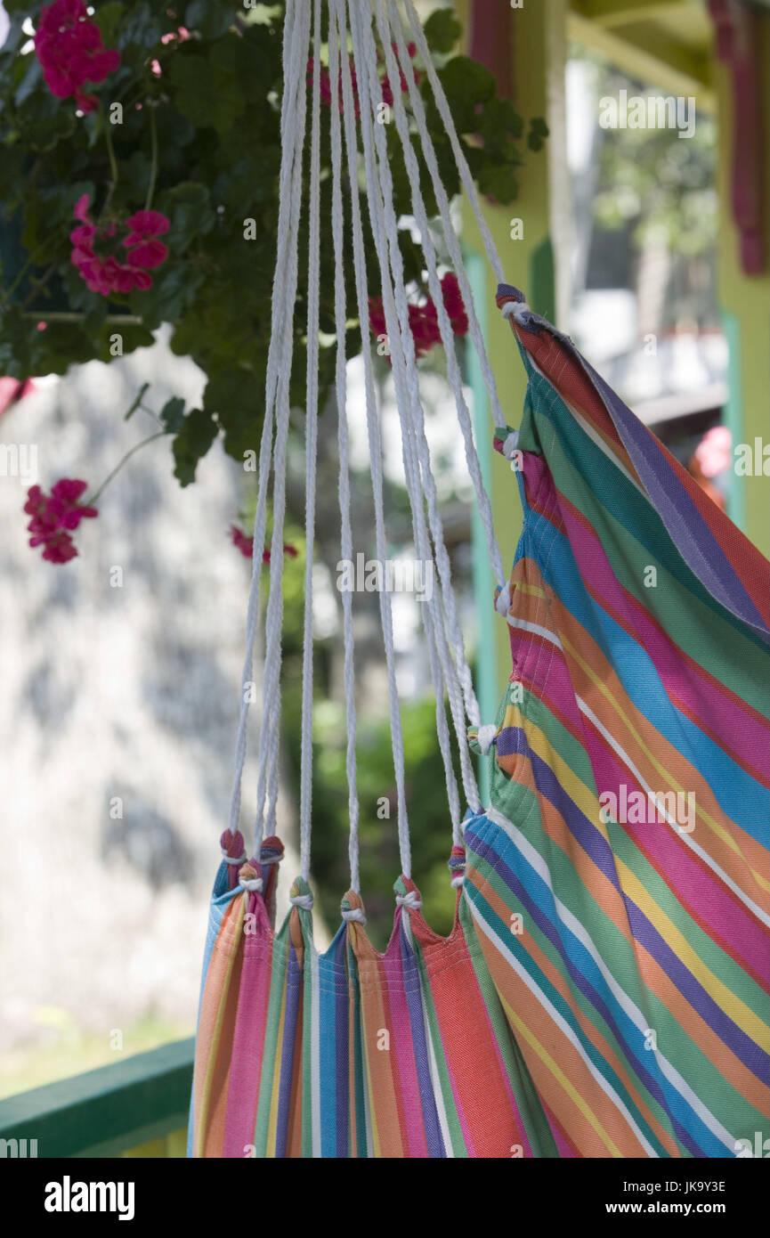 Hängematte, Geranien, Detail,    außen, menschenleer, Veranda, Terrasse, Blumen, bunt, gestreift, Seile, - Stock Image
